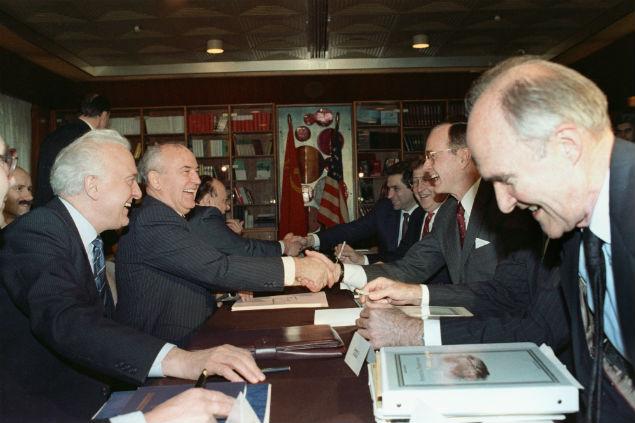 Та самая встреча на Мальте. На фото: слева — министр иностранных дел СССР Эдуард Шеварднадзе, второй слева — генсек ЦК КПСС Михаил Горбачев, второй справа — президент США Джордж Буш